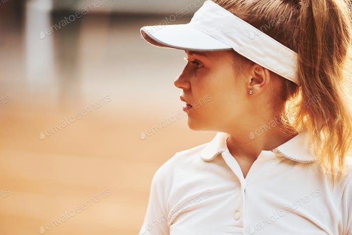 Портрет женщины в спортивной теннисной одежде на открытом воздухе