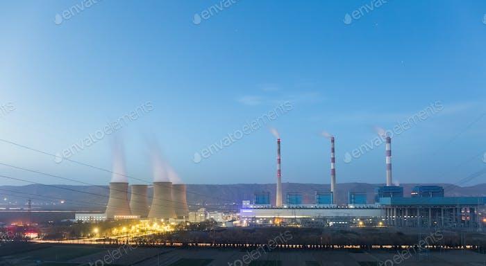 Kraftwerk in Einbruch der Dunkelheit