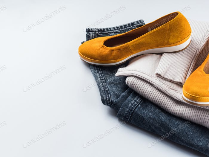 Mode-Outfit Jeans, gelbe Schuhe, grauer Pullover