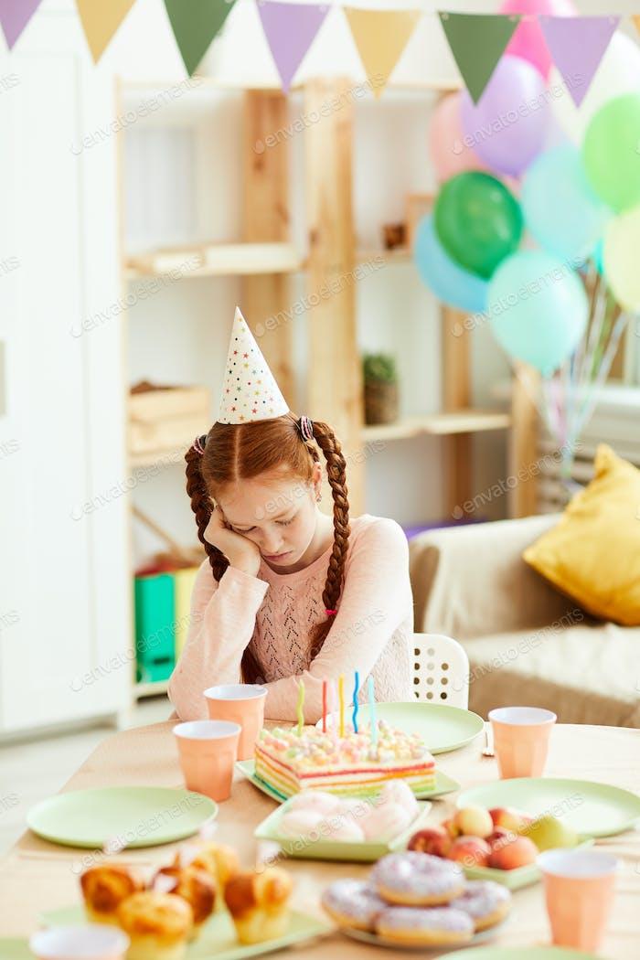 Mädchen allein bei Geburtstagsparty