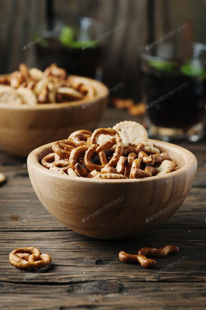 Ungesunder Snack auf dem Holztisch