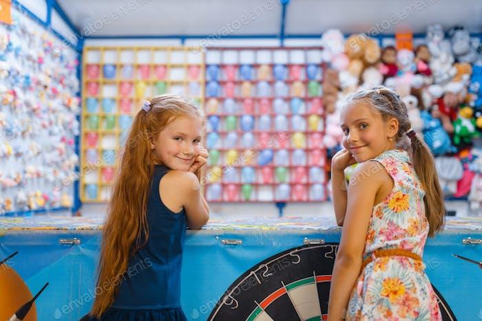 zwei kleine Freundinnen spielen in Schießgalerie