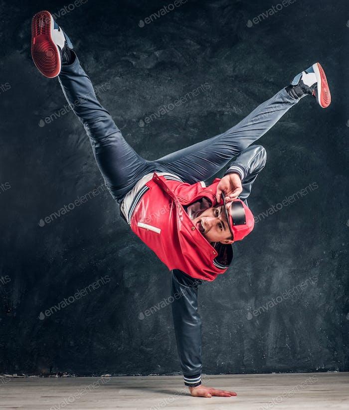 Emotional stilvoll gekleidet Mann Durchführung Pause Tanz bewegt sich auf dem Boden.
