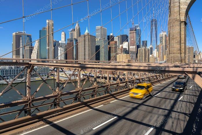 Verkehr in der morgendlichen Hauptverkehrszeit vor dem Arbeitstag auf der Brooklyn-Brücke über das Stadtbild von New York