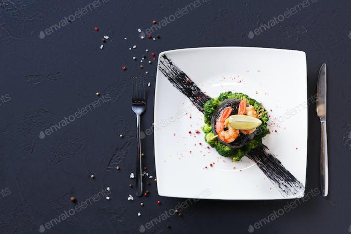 Modernes Restaurant Essen. Dorado-Filet in Nori mit Garnelen
