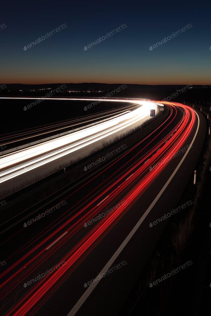 Nacht-Autobahn (Autos in Eile bewegen schnell auf einer Autobahn (speedwa