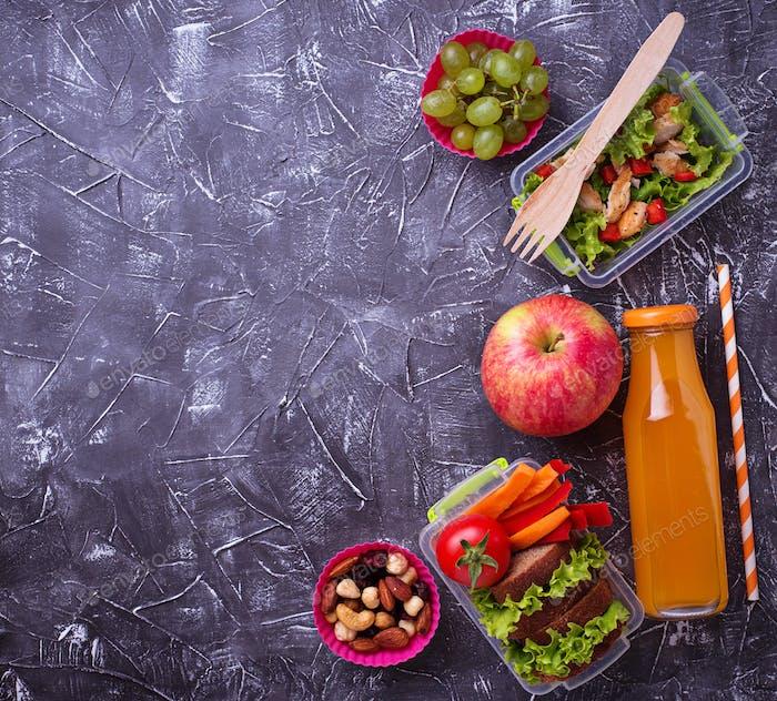 Schulessen. Salat, Sandwiches, Früchte und Nüsse
