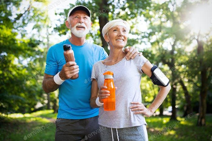 aktiv reifen paar laufen in die park für helathy Leben