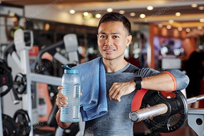 Porträt des Sportlers mit Handtuch und Wasserflasche