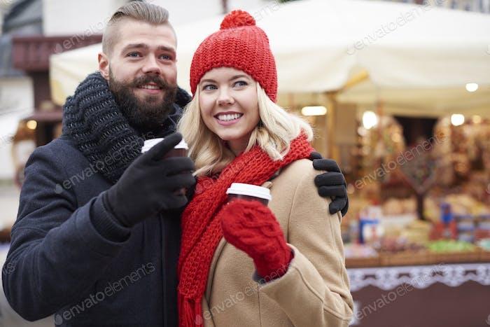 Beber café en el mercado de Navidad