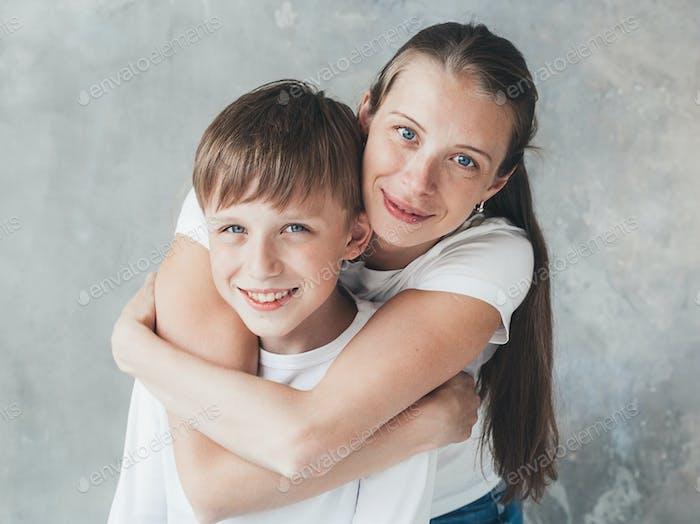 Familie Mutter großer Sohn glücklich zusammen lieben schöne Porträt