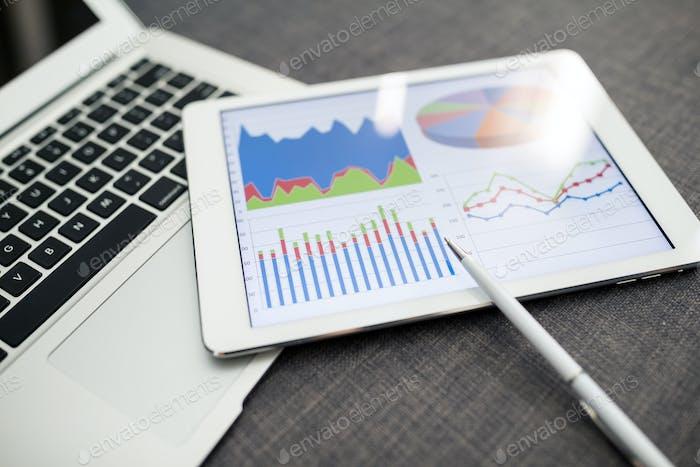 Tablet digital que muestra gráficos y diagrama