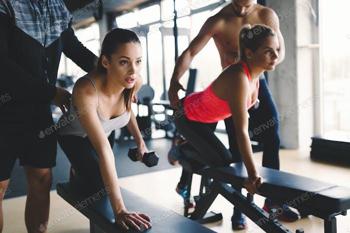 Personal Trainer Unterstützung Frau Gewicht zu verlieren