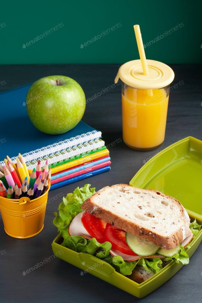 Frisches Sandwich und Apfel für gesundes Mittagessen in der Kunststoff-Lunchbox