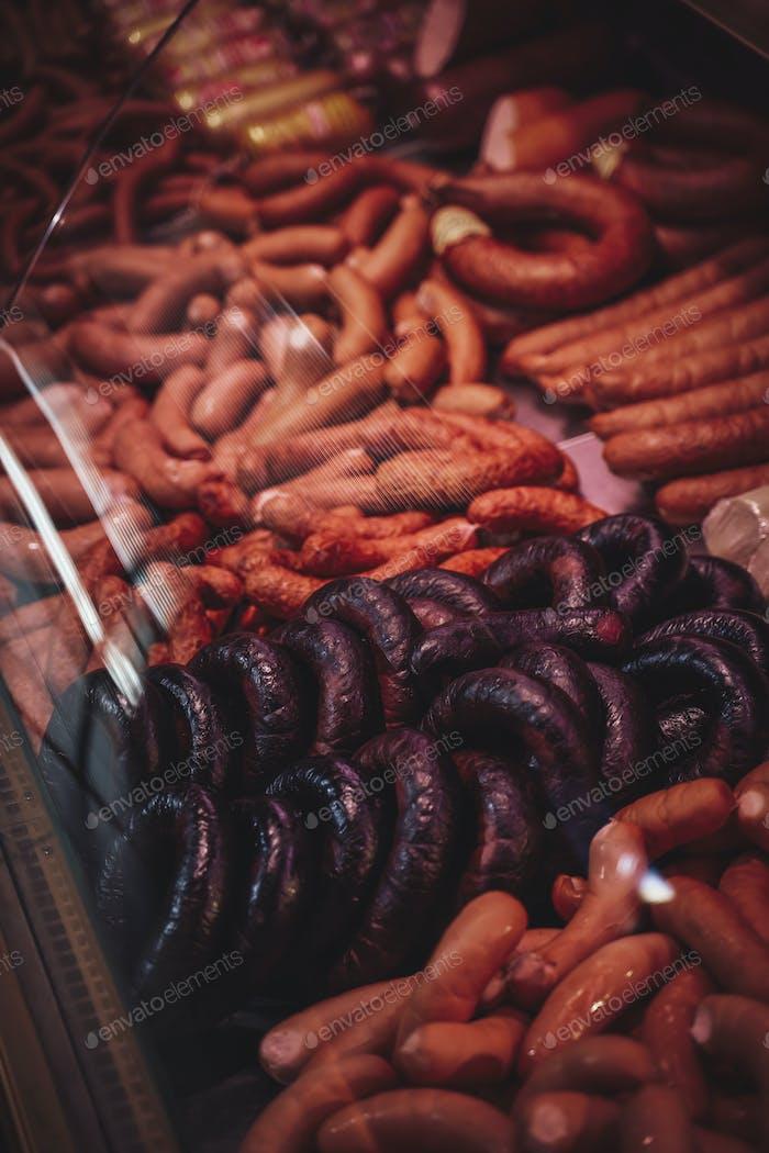 Große Auswahl an hochwertigem Rohfleisch in der Metzgerei