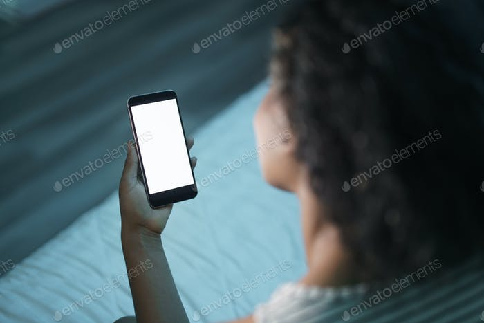 Mujer sosteniendo teléfono Móvil en Noche maqueta