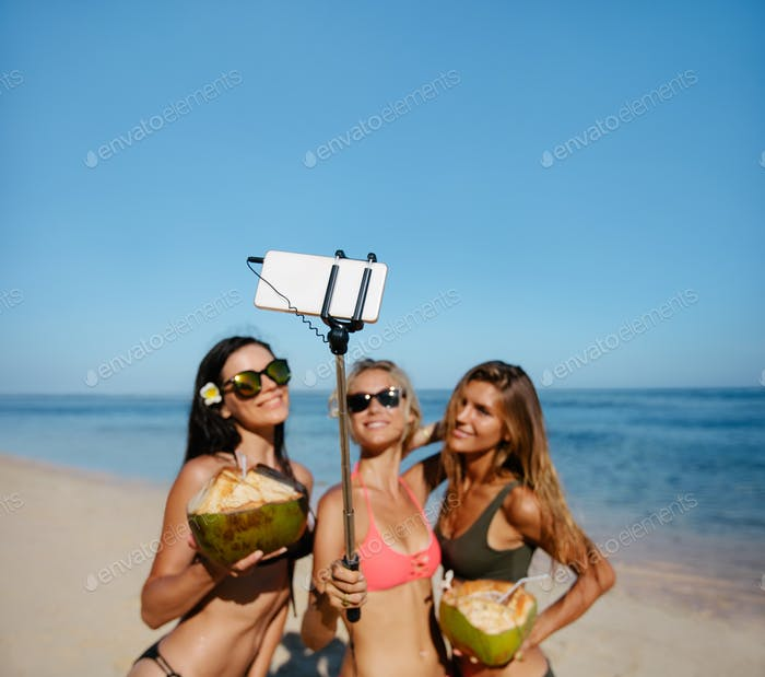 Weibliche Freunde nehmen selfie auf die Strand