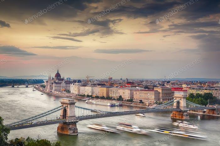 Blick auf Kettenbrücke, Donau und berühmtes Parlamentsgebäude.