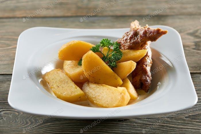 Bratkartoffeln mit Wurstportion