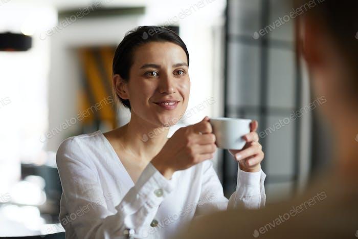 Брюнетка с напитком