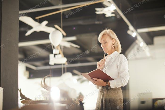 Female Art Gallery Manager Lesebuch