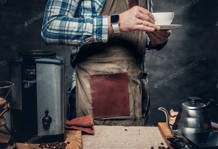Ein Mann, der Cappuccino in einer Kaffeemaschine zubereitet.