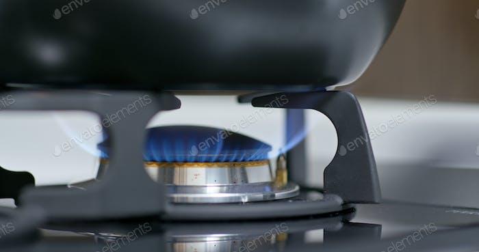 Herd Top-Brenner zündet zu einem blauen Kochen