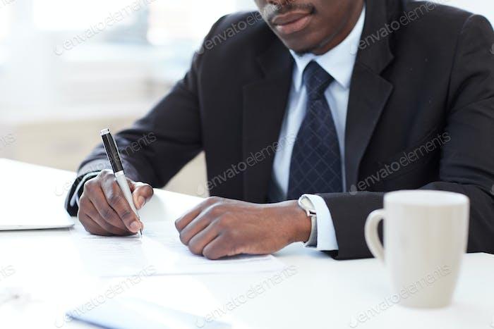 Geschäftsmann Unterzeichnung eines Vertrags