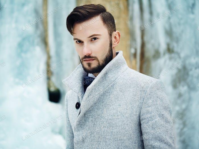 Outdoor-Porträt von gutaussehenden Mann in grauen Mantel
