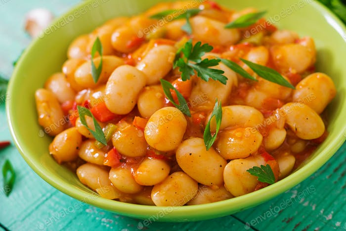 Steamed white beans with vegetables in tomato sauce