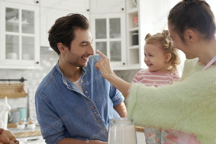 Glückliche Familie genießen gemeinsam kochen