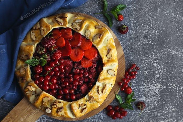 Hausgemachtes Backen. Kuchen mit roten Beeren