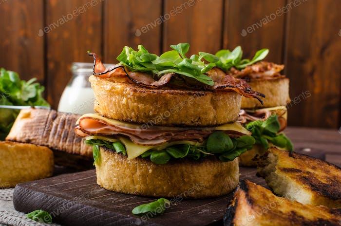 Französischer Toast mit hausgemachtem Schinken, Gouda-Käse