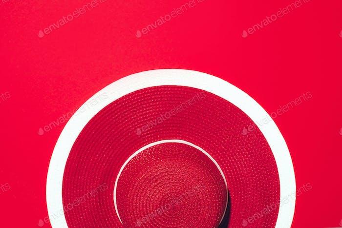 Vista superior del sombrero Retro de rayas rojas sobre Fondo de Papel con espacio de copia. Viajes y vacaciones de verano