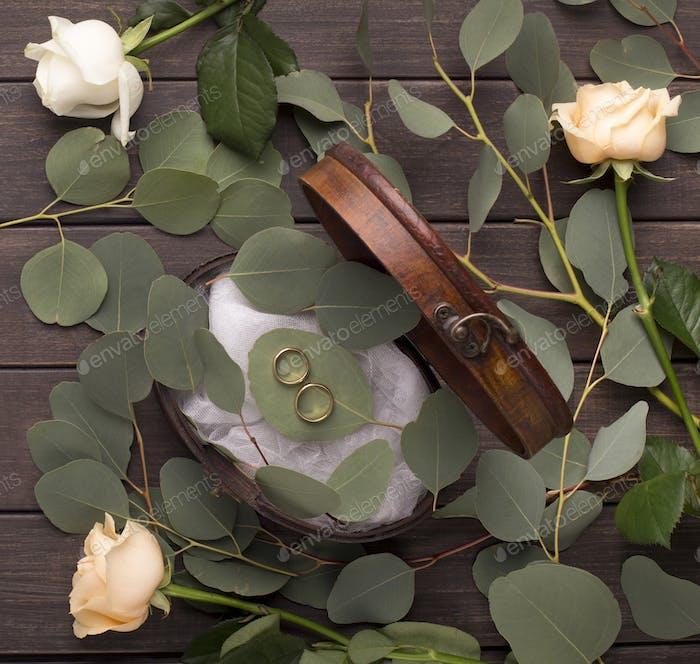 Kreative Ehe Ringe Zusammensetzung auf Kissen von grünen Blättern
