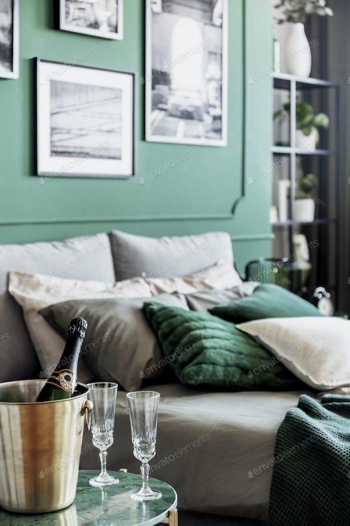 Gemütliches Bett mit Kissen und Decken in smaragdgrünen und grauen Farben