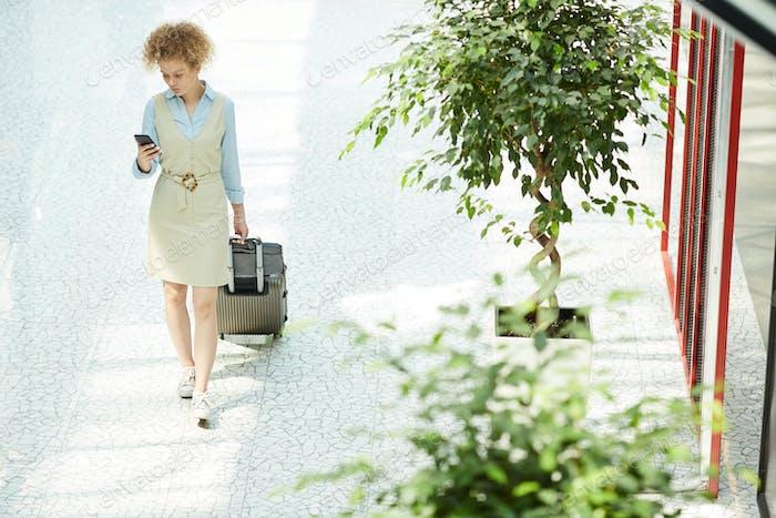 Mujer de negocios va a viaje de negocios