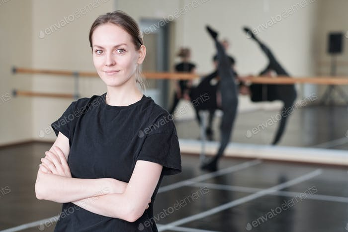 Frau in Dance Studio Portrait