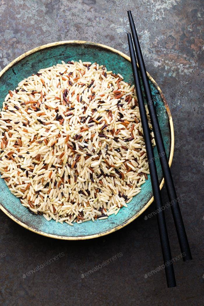 Weißer, brauner und schwarzer Wildreis. Reis in der Schüssel.