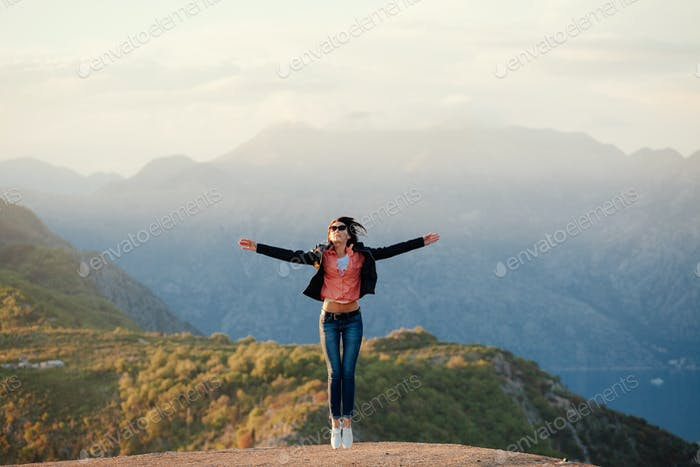hübsche Frau Reise Landschaft mit Blick auf die Berge