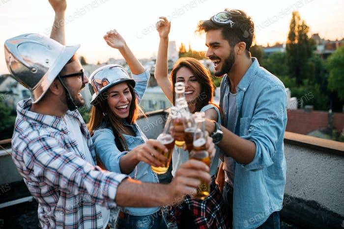 Freunde mit Spaß und trinken bgeer outdoor auf einem Dach