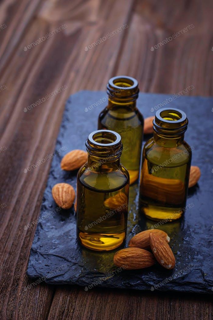 Mandelöl in kleinen Flaschen