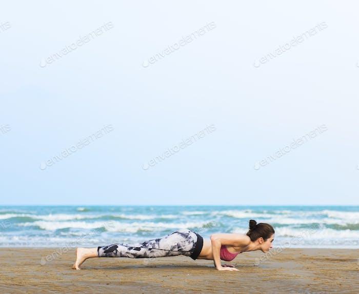 Frau Beplanking Stretching Flex Training Gesunde Lifestyle Strand
