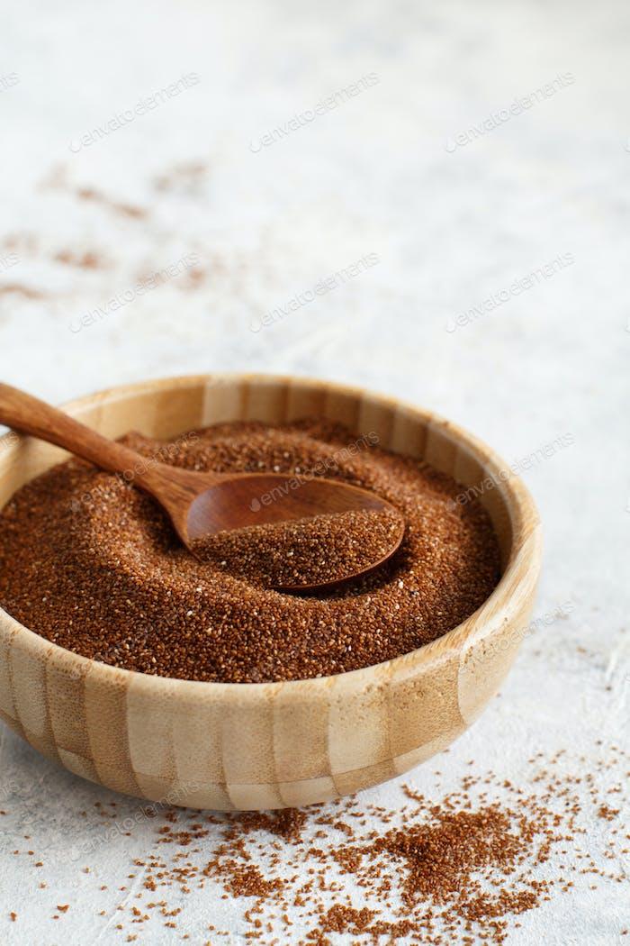 Teff Korn in einer Schüssel mit einem Löffel