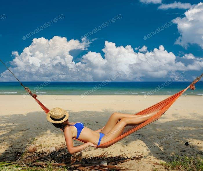 Mujer en hamaca en playa