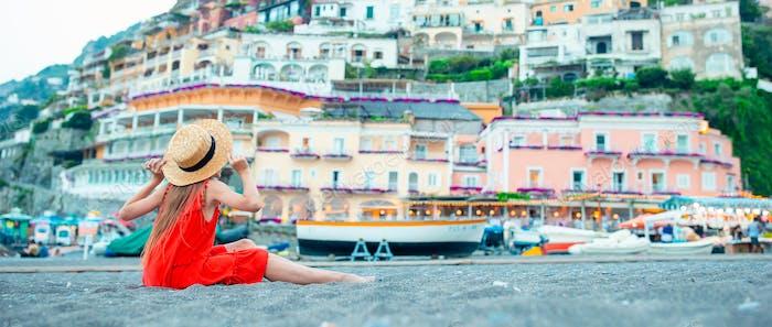 Entzückendes kleines Mädchen am warmen und sonnigen Sommertag in Positano Stadt in Italien