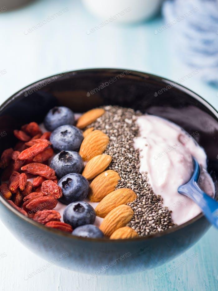 Joghurt Smoothie Schüssel mit Beeren, Nüssen, Chia