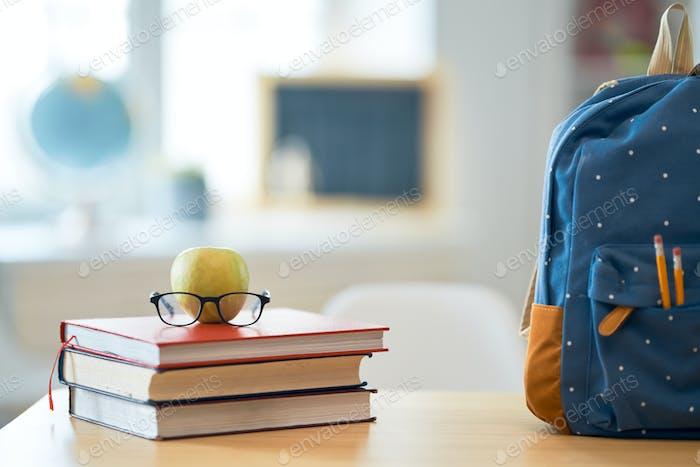 Apple, Haufen Bücher und Rucksack