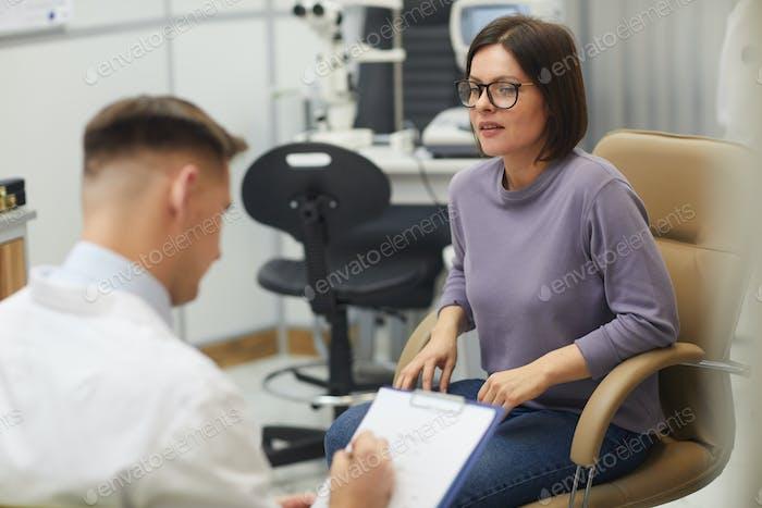 Junge Frau Besuch Augenarzt