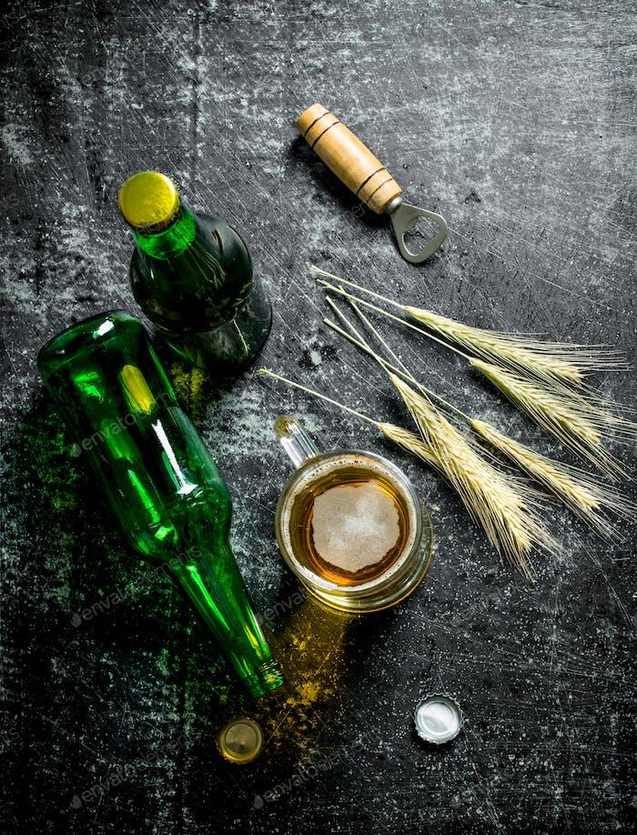 Becher Bier mit Flaschen und Ährchen.